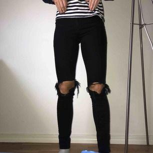 Svart/gråa jeans med hål på knäna och högmidjad modell. Storlek 36 - 150kr. Från Nakd. Köparen står för frakt!