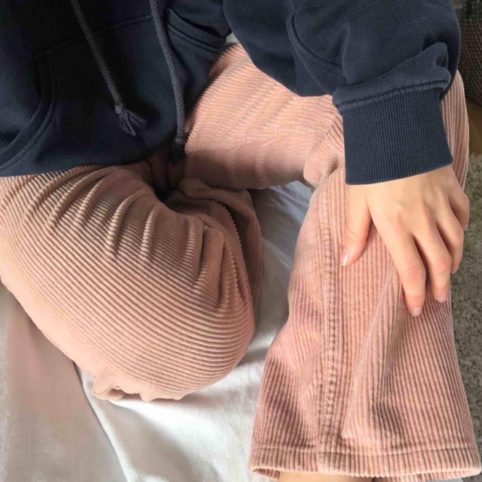 Jättefina Manchester byxor från Gina Tricot. Byxorna är i storlek 34, men är stora i storleken. Dem är köpta här på Plick, men var tyvärr för stora för mig:( fler bilder kan skickas om det frågas, köparen står för frakten. Jeans & Byxor.