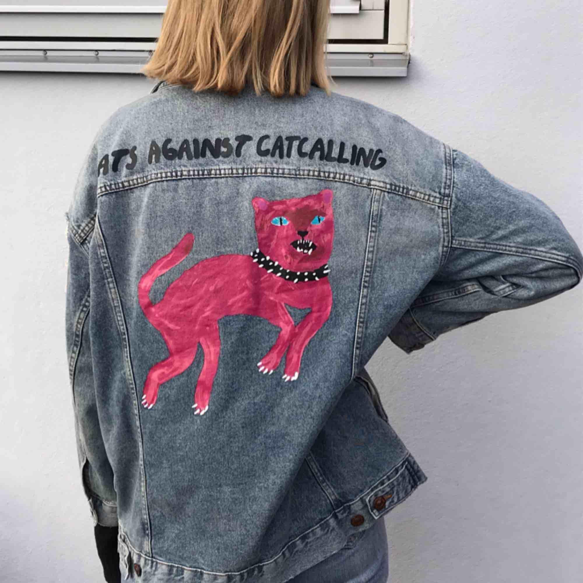 Oversized jeansjacka med slitningar och tryck från Zara Larssons kollektion med hm. Orginalpris: 600:- Möts upp i Stockholm eller skickar! . Jackor.