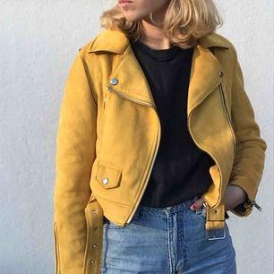 Mocka biker jacket i gult! Köpt på Zara för 600kr, fortfarande väldigt bra skick då den är använd ett fåtal gånger. Medföljande gult skärp! Möts upp i Stockholm eller skickar!