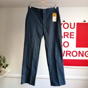 Fina mörkblåa byxor från Dickies i storlek w 32 L 30. Inköpta på beyond retro och de är hela och fina!