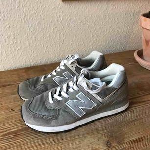 New Balance 574  Färg: Beige/Silver  Storlek: 38 (för små för mig som är 38,5) Skick: Använda 1 gång av tidigare ägare