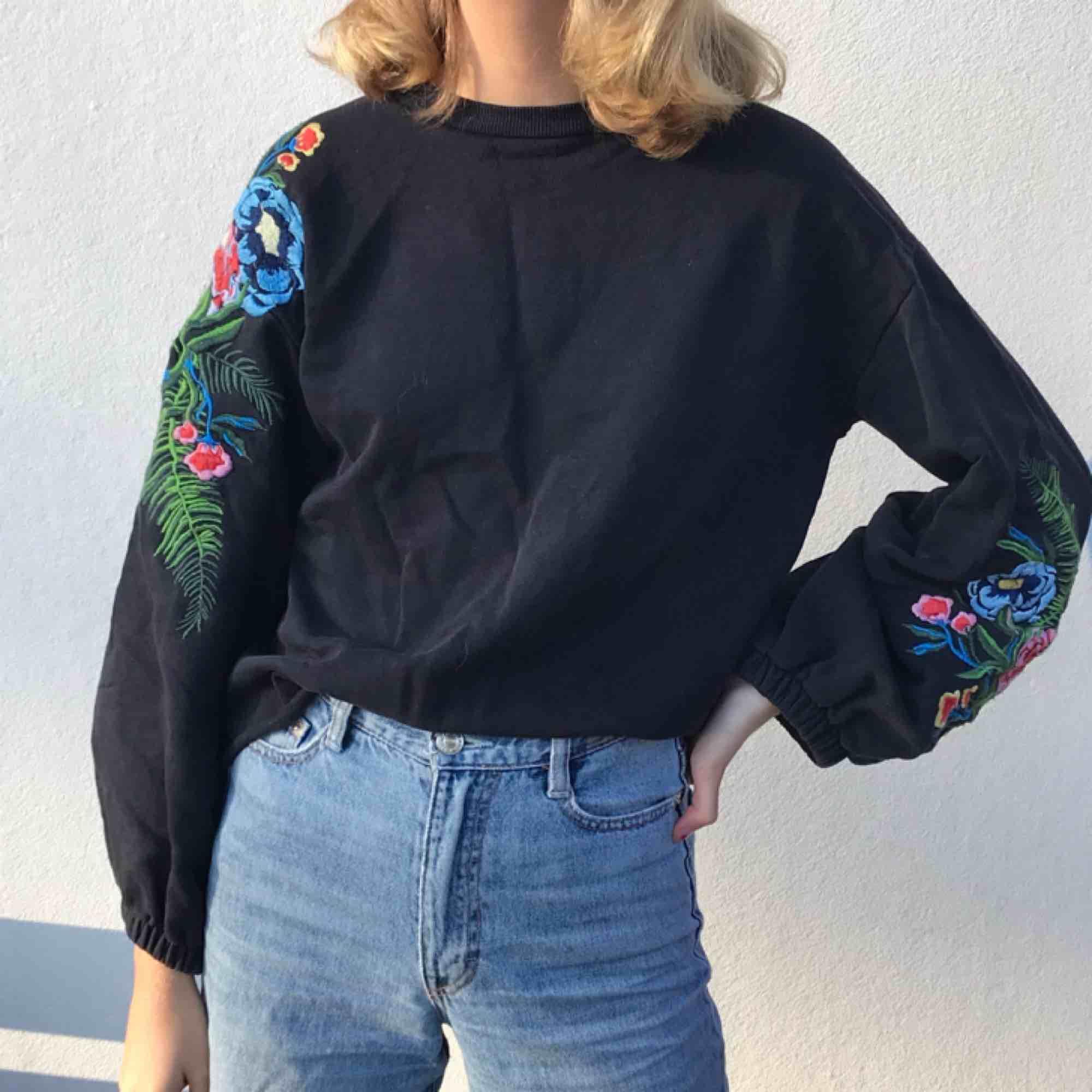 En svart tröja med broderade blommor på ballongärmarna! Den kommer från Zara och kostade ca 300kr. Möts upp i Stockholm eller skickar!. Tröjor & Koftor.