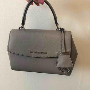 Micheal Kors väska från 2017, använd endast 3 gånger. Säljer pågrund av att den inte längre kommer till användning. Dustbag finns!! Nypris ligger runt 2000 kr och säljer min för 900kr, men priset går att diskutera!!