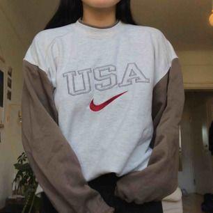 Så mysig sweatshirt som tyvärr inte används tillräckligt mycket och förtjänar ett bättre hem. Äkta Nike, second hand! Storlek M i tröjan men passar storlekar upp till L beroende på hur man vill att den ska sitta! Köparen står för frakt 60:-