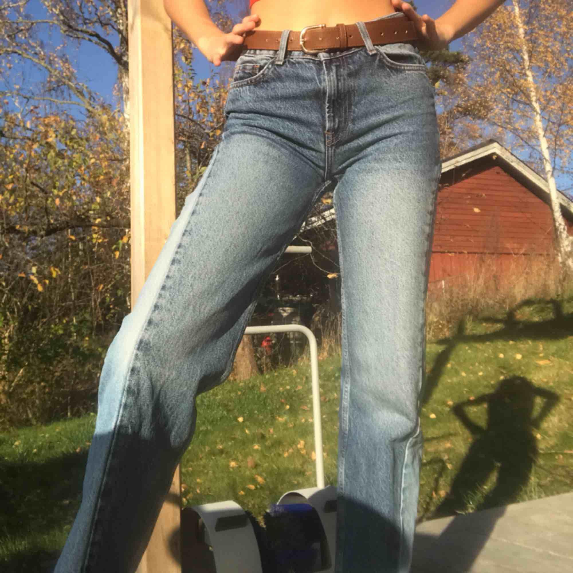 """Ett par svincoola straight leg/raka jeans med ljusare """"slitsar""""på sidorna. Passar nog S också. Nypris: 600kr. Kan mötas i slussen eller så tillkommer frakt. Jeans & Byxor."""
