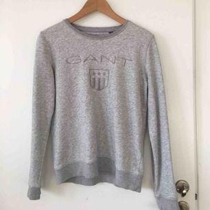 Äkta gant hoodie i storlek S!! Sparsamt använd! Köpt för 1000 men säljer för 370! Kan mötas upp i Lund annars kan vi dela på frakten. 🥰