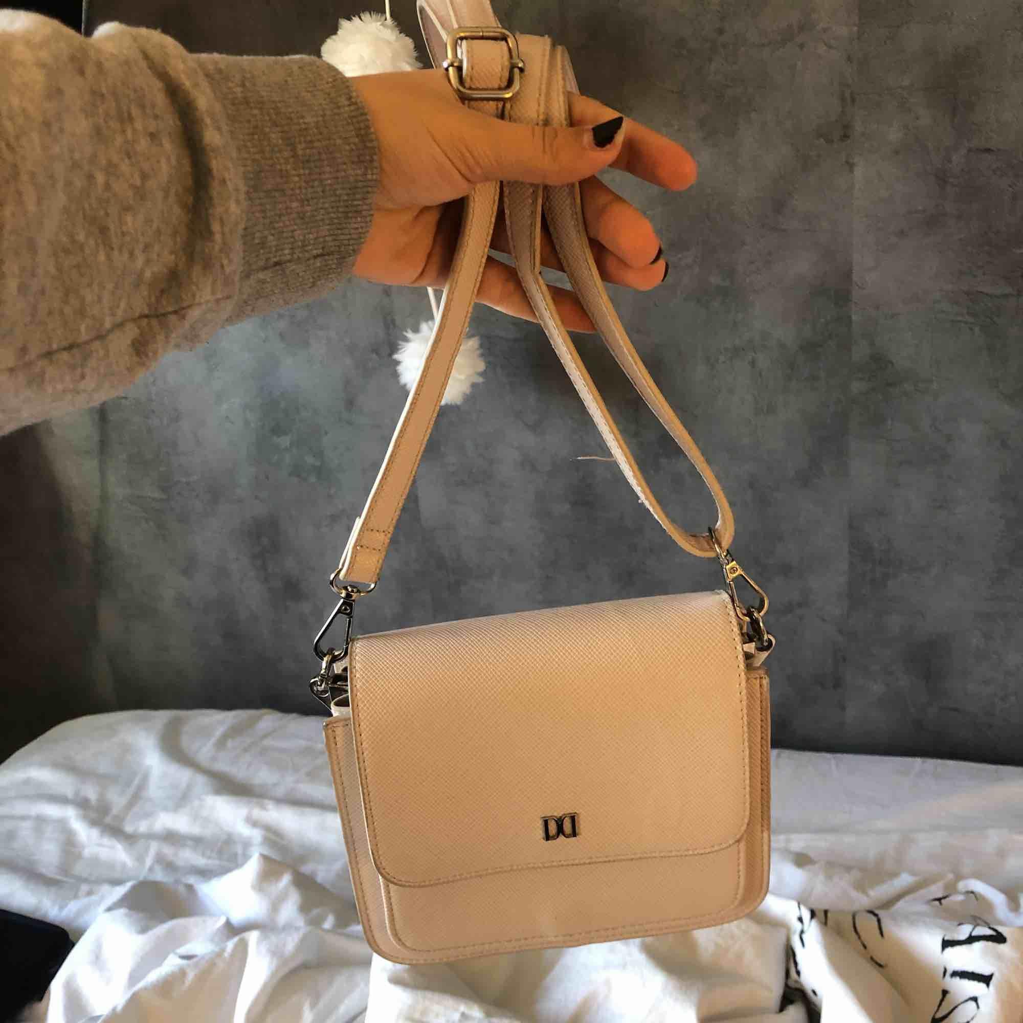 Här är en otroligt fin Don Donna väska som jag använt några gånger men nu har jag köpt en annan väska så använder ej denna längre, det går att minska banden på väskan om man vill ha den mindre och den får plats med mycket i, köparen står för frakten 💕💕. Väskor.