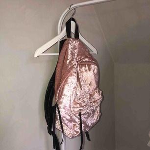 Ryggsäck i krossat sammet från bikbok💕 tar enbart swish & köparen står för frakten