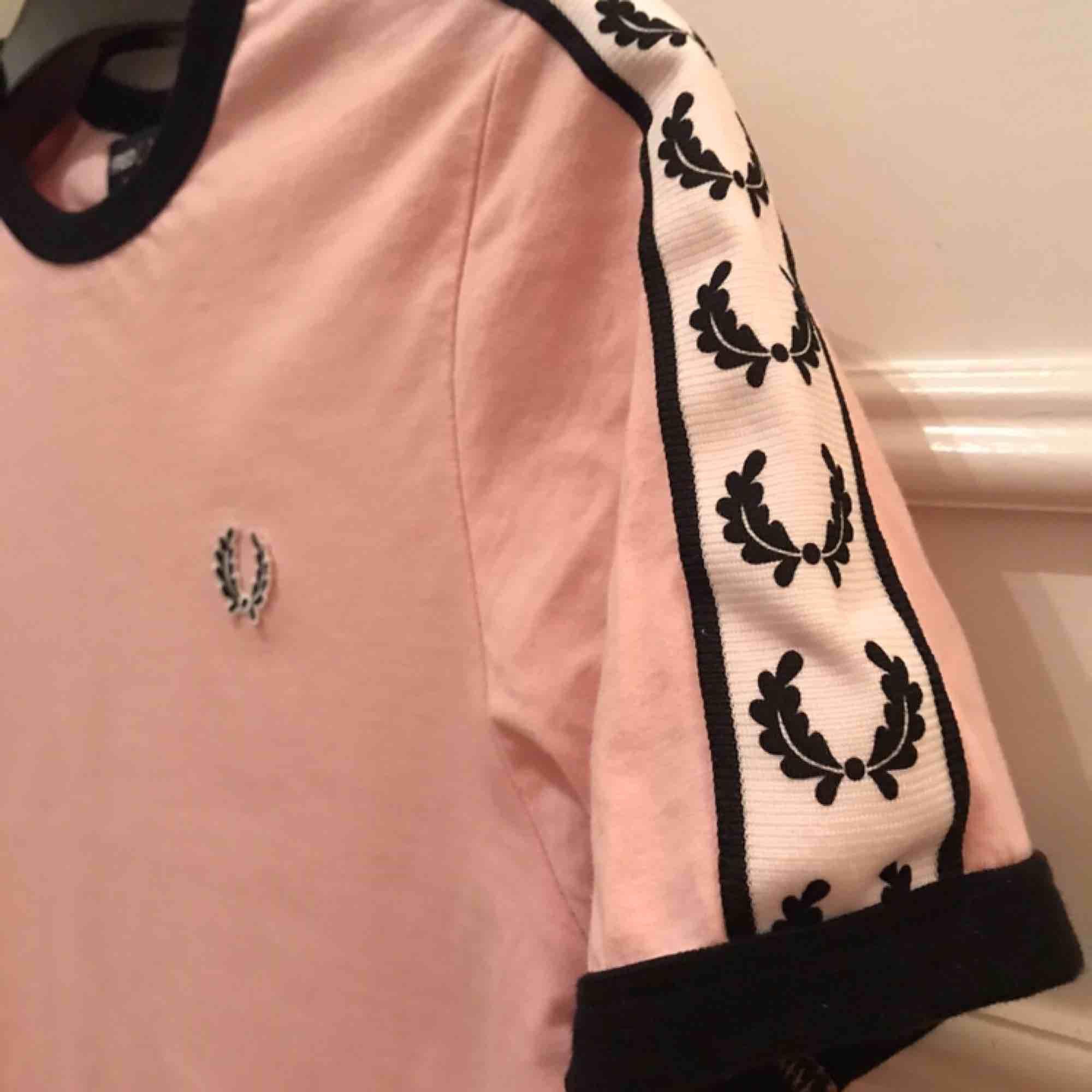 Fin äkta Fred Perry tröja köpt på Asos. Har lite fläckar på ryggen. Inklusive frakt. T-shirts.