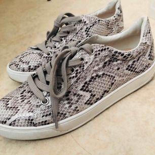 Orm mönstrade sneakersskor i storlek 37. Använda en gång.
