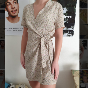 Säljer en jättefin oandvänd omlottklänning från boohoo. Den är speciellt gjord för kortare personer. Väldigt liten i storleken. Hon på bilden är 160 cm. Köpt för 260kr. Frakten ingår🥰