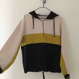 Snygg tröja från Zara med dragkedja framtill och luva. Man kan dra åt nedtill. Använd få gånger, frakten tillkommer ⭐️ det är ingen fläck på den även om det ser ut så av skuggorna