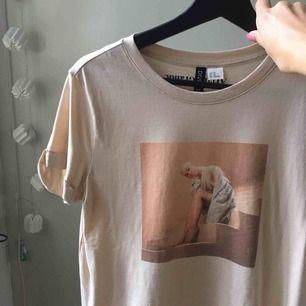 Jätte fin t-shirt från h&m. Endast använd 1 gång. Storlek xs men passar även större och mindre storlekar beroende på vilken passform man vill ha.