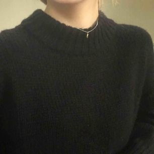 Jätte snygg svart ganska grovstickad tröja. Storlek xs men är ganska stor i storleken. Använd någon enstaka gång.