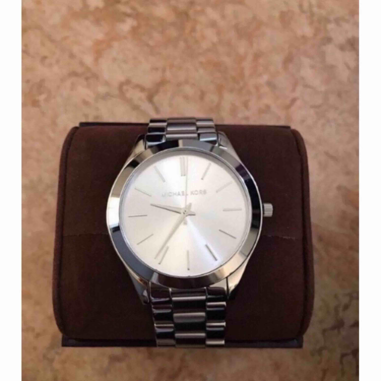 Michael kors klocka, aldrig använd, låda och prislapp kvar Ordinarie pris 2000kr. Accessoarer.