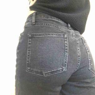 Ett par snygga BDG jeans från urban outfitters. Säljer eftersom jag har inte använt dem mycket så de är i bra skick! Jag kan mötas upp i Stockholm, annars betalar köparen för frakt