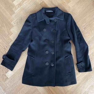 Superbra svart kappa i klassisk stil från Tiger of Sweden🖤🐅