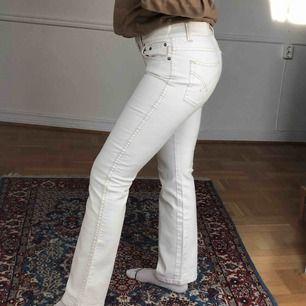 Ljusa jeans, vet inte storleken men sitter bra på mig som har 38🥰 skickas mot frakt eller möts upp i Falun.