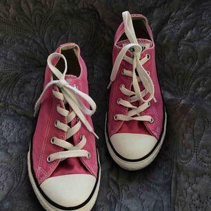 Söta converse i rosa💖 tvättade dem så ni köper dem rena o fina:)