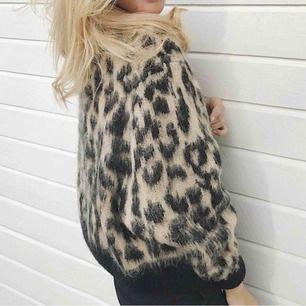 Leopard sweater köpt på &otherstories, i superbra skick!🥰 köpt för 700.