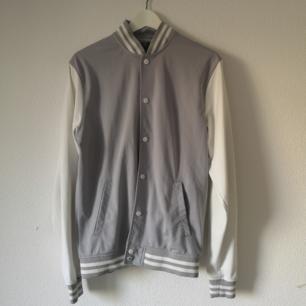 Unisex jacka från Urban Classics. Storlek M. Fint skick och fräscha färger. Jackan har två stycken fickor på utsidan, knappar hela vägen, snygg med en hoodie under,  Säljes pga att min kille inte längre använder den.  FRAKTEN INGÅR I PRISET!
