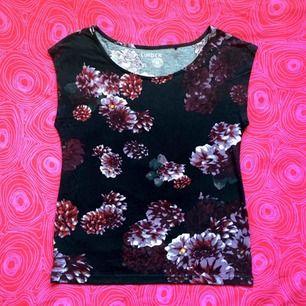 🌸 Svart blommig t-shirt 🌸 Frakt är inkluderat i priset! Skriv gärna om du har några frågor! 💕