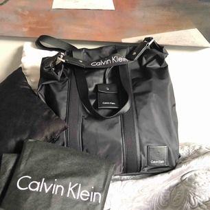 Skit ball Calvin Klein väska med stort utrymme i, köpt förra året för 4 000kr med dock använde aldrig:/Passa på hörni!👽äckta*