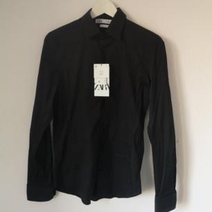 Helt ny herrskjorta från Zara. Oanvänd i storlek S, superslim fit. Priset kan diskuteras.  FRAKTEN INGÅR I PRISET!