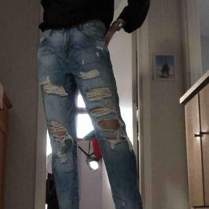 Boyfriend jeans storlek EU26. Ripped. Sjukt snygga