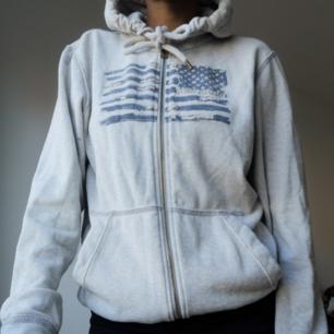Grå hoodie från Polo Ralph Lauren i storlek S. Knappt använd! Köpt för 1199:- säljer för 500:- och FRAKTEN INGÅR I PRISET :)
