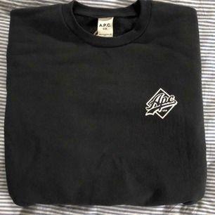 En fin svart crewneck-tröja från märket APC. Helt ny och oanvänd!! Inköpspris 1500kr. Alltså 50% off😊 Finns även kvitto och påse från butiken:) Köparen står för frakt.🥰 Finns fler bilder:)