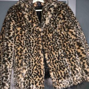 Faux pälsjacka med leopard print! 100% i gott skick, ALDRIG använd, len, fin och fräsch.