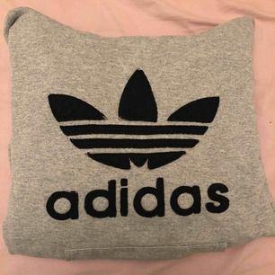 Skitsnygg grå adidas hoodie i storlek 36, kan tillägga att den ej är äkta. Bra skick dock!  Mysig och väldigt lätt att styla. Den är t.ex skitsnygg under en stor bikerjacka så perfekt nu till hösten! 😍