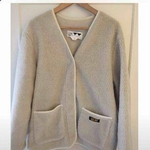 Lurvig tröja eller lurvig jacka från Junkyard. Liknar den klassiska modellen från Helly Hansen. I superfint skick! Använd 1gång. Den är oversize.