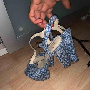 Fina sandaletter från Nelly, använda en enda gång typ 2014 vid studentfirande, därav lågt pris. Nya och fina i skick, spänne runt ankeln och väldigt sköna.