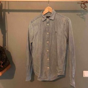Jeansskjorta från Ralph Laruen storlek M. Passar en 38-40. Kommer från djur & rökfritt hem. Fint skick.