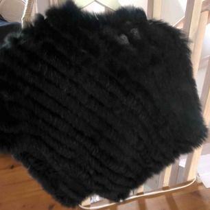 En svart pälsponcho, helt oanvänd i superbra skick!! kan mötas i Sthlm ❣️
