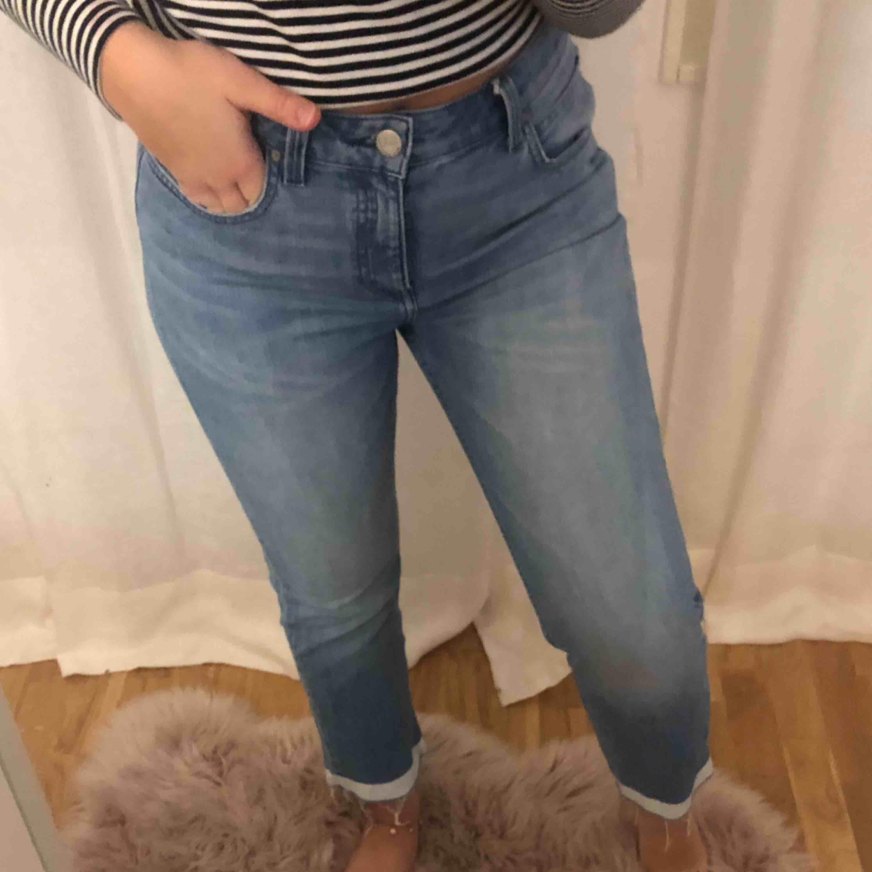 Lee jeans supersnygga! Går ut lite nedåt samt en vit linje längst ned! Super snygga! Jag är 167 cm lång. Jeans & Byxor.