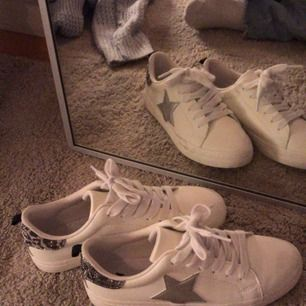 Skitcoola sneakers med stjärnor Vita sneakers, väldigt fint skick