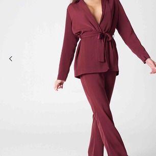 Kostymset från na-kd X hannaliscious första drop i vinröd färg. Både byxorna och kavajen är i strl 36🔥 frakt tillkommer!