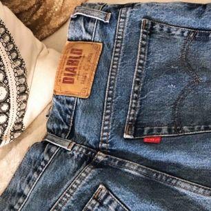 Ett par jeansfärgade vintageshorts med highwaist och perfekt passform. Med levisinspirerade fickor där bak 😍