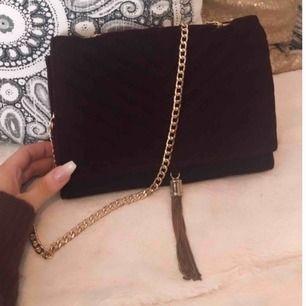 Vinröd sammetsväska med gulddetaljer från GinaTricot! Går att ha som crossbody väska eller handväska på axeln 😍