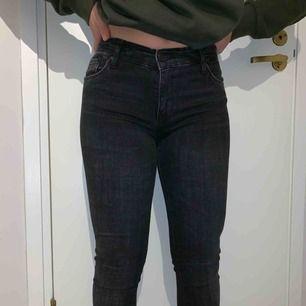 Snygga lågmidje jeans med slitning nertill. Knapp använda! Säljes pga fel storlek. (Nypris: 300kr) Pris: 125 kr + frakt