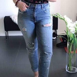 Skinny high waisted jeans med hål kontakta mig om frakt samt annan information❤️❤️