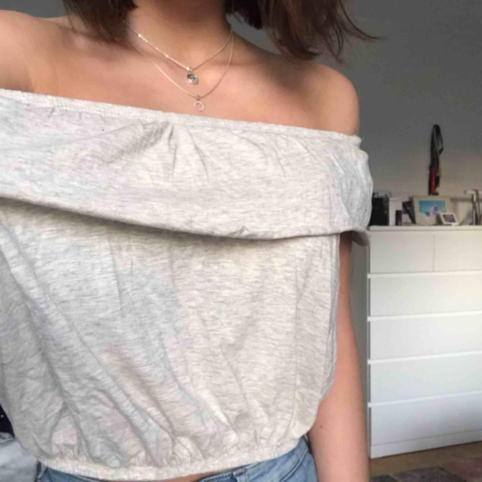 Jättegullig blus som jag köpte när jag var i USA men minns inte var. Man kan ha den som off-shoulder eller inte, båda är fint! Köpte den för 200kr och har knappt använt den. Kan mötas upp i Uppsala eller frakta🥰. Blusar.