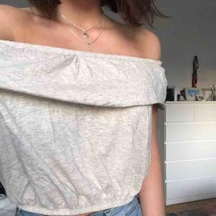 Jättegullig blus som jag köpte när jag var i USA men minns inte var. Man kan ha den som off-shoulder eller inte, båda är fint! Köpte den för 200kr och har knappt använt den. Kan mötas upp i Uppsala eller frakta🥰