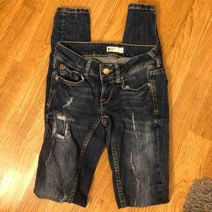 Fina slitna jeans från Ginatricot i storlek 32. Köparen står för fraktkostnaden. Har du fler frågor så skriv privat!💗💗