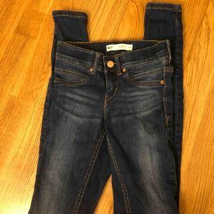 Superfina Alex jeans från Ginatricot. Använda fåtal gånger så är som i nyskick. Köparen står för fraktkostnaden, om du har fler frågor så skriv privat!💗💗