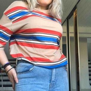 Lång randig t-shirt  Kan användas som klänning oxå kontakta mig om frakt samt annan information❤️❤️